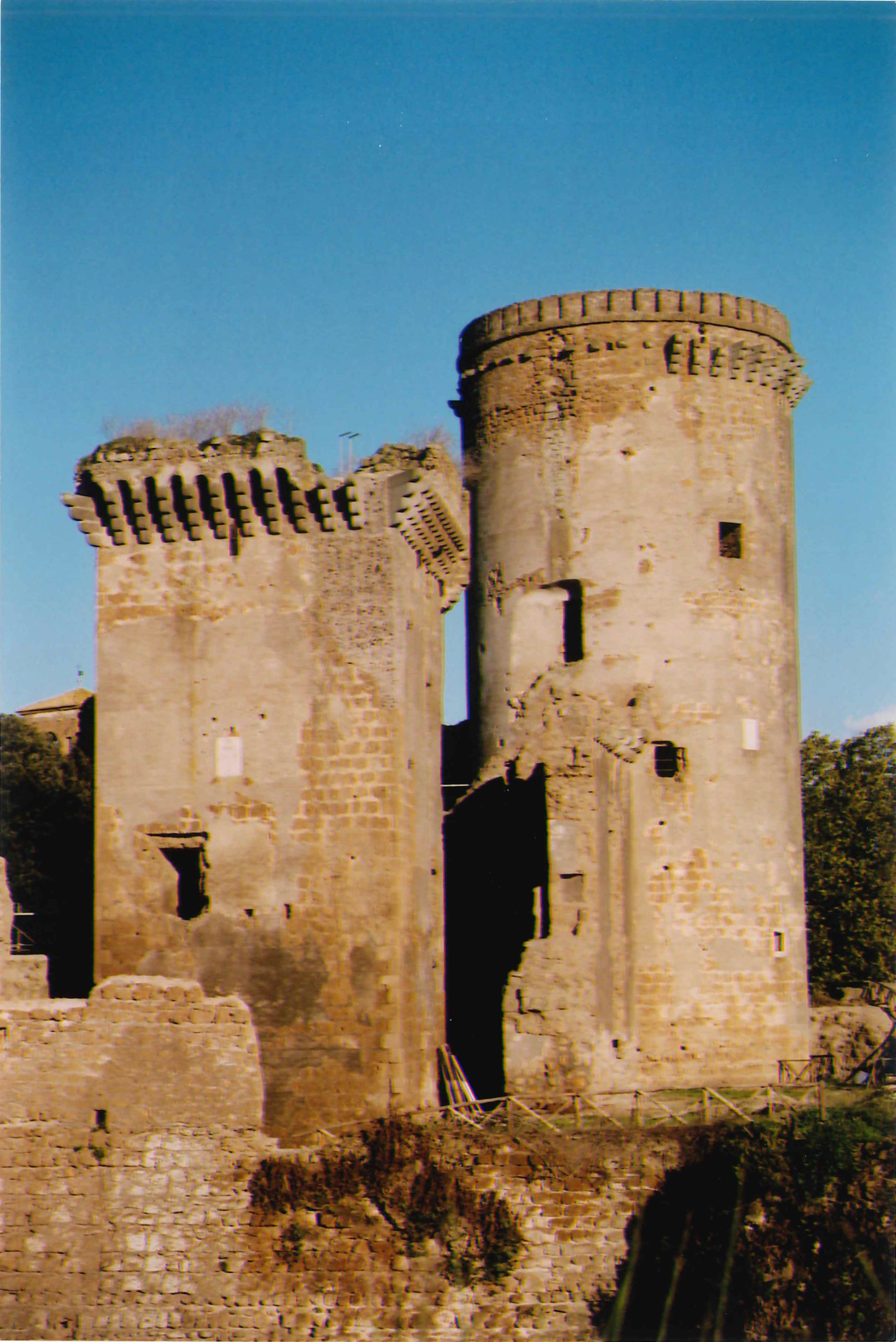 Primo piano della torre quadrangolare e del mastio dopo il restauro_2006